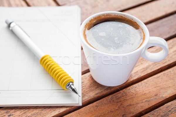 Koffiepauze hot espresso werk houten tafel papier Stockfoto © punsayaporn