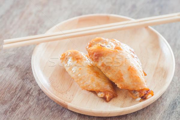 Gegrilde kip vleugels houten plaat voorraad foto Stockfoto © punsayaporn