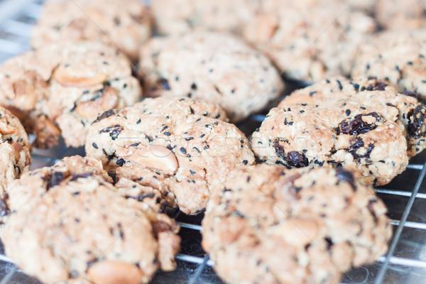 Mieszany orzech cookie chłodzenie rack Zdjęcia stock © punsayaporn