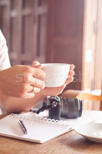 Vrouw beker koffie coffeeshop voorraad foto Stockfoto © punsayaporn
