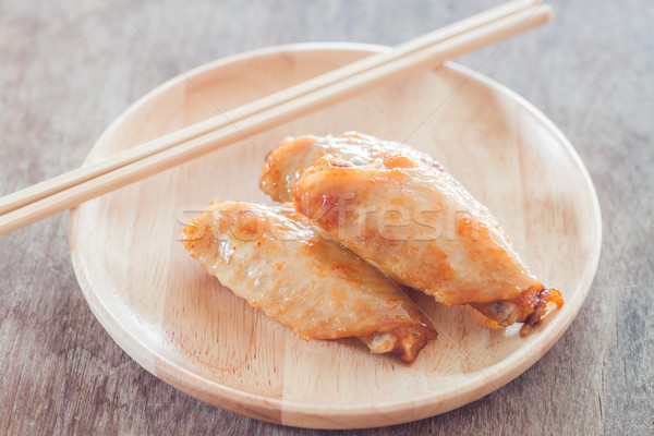 ızgara tavuk kanatlar ahşap plaka stok fotoğraf Stok fotoğraf © punsayaporn