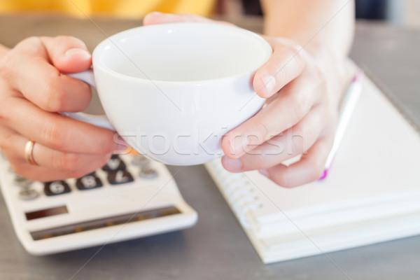 Eller kahve fincanı hesap makinesi stok fotoğraf Stok fotoğraf © punsayaporn