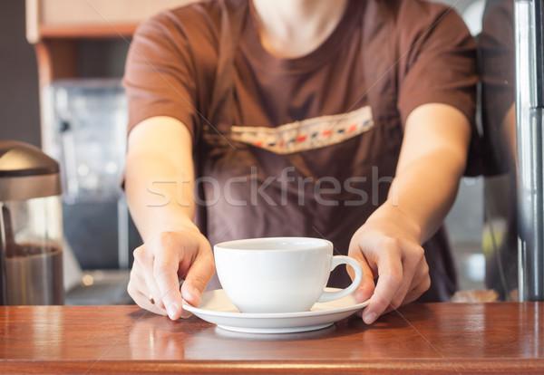 Barista aanbieden witte beker koffie voorraad Stockfoto © punsayaporn