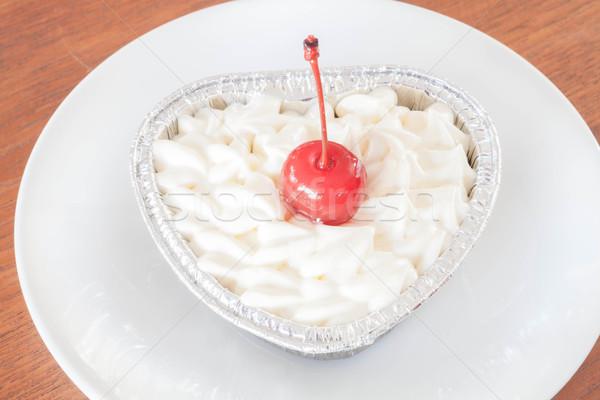 Czerwony aksamitu sernik biały naczyń strony Zdjęcia stock © punsayaporn