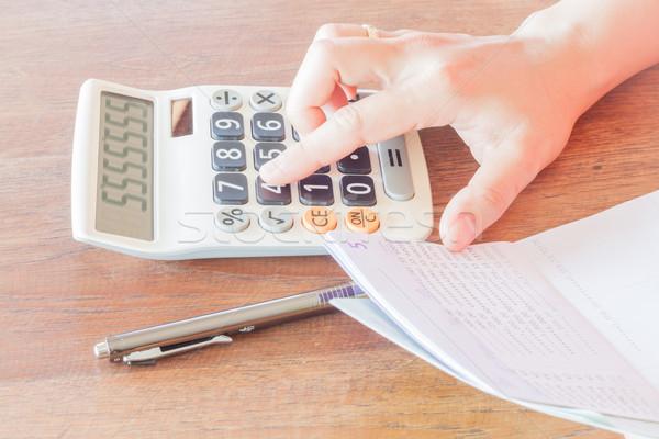 Zakenvrouw rekening evenwicht voorraad foto boek Stockfoto © punsayaporn