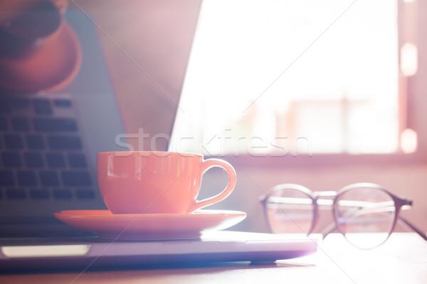 Kávéscsésze billentyűzet fa asztal stock fotó papír Stock fotó © punsayaporn