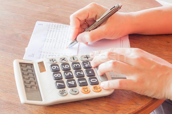 Zakenvrouw controleren bank rekening voorraad foto Stockfoto © punsayaporn