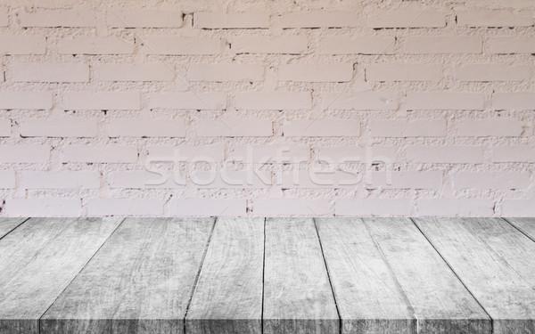 Foto stock: Blanco · negro · mesa · de · madera · superior · blanco · pared · de · ladrillo · decorado