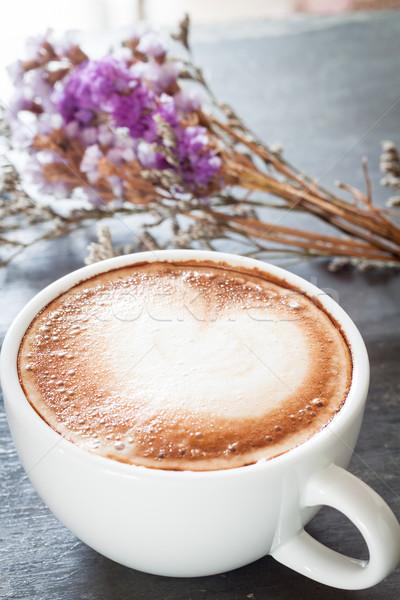 Kávéscsésze gyönyörű ibolya virág stock fotó Stock fotó © punsayaporn