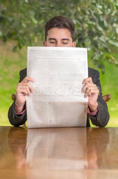 Iş adamı okuma gazete iş gökyüzü gülümseme Stok fotoğraf © pxhidalgo