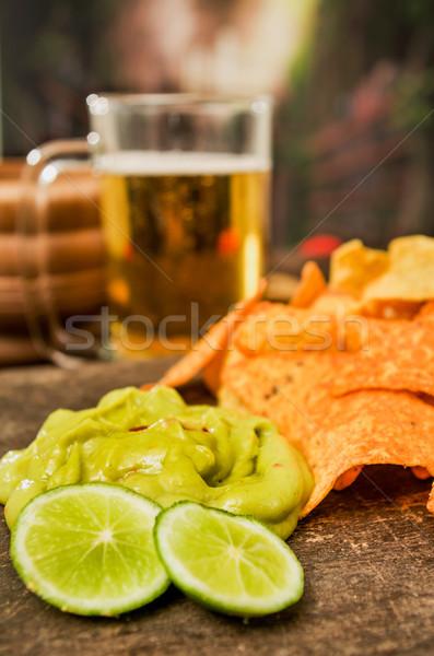 Foto stock: Nachos · cerveja · servido · mesa · de · madeira · beber · garrafa