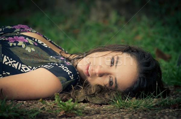 Vrouw leggen park meisje Stockfoto © pxhidalgo