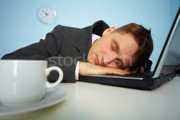 Foto d'archivio: Stanco · uomo · dormire · notebook · tastiera · notte