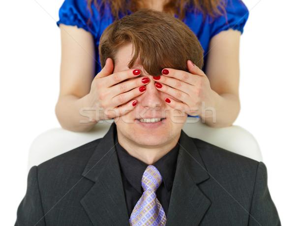Если мужчина проводит руками по своему лицу