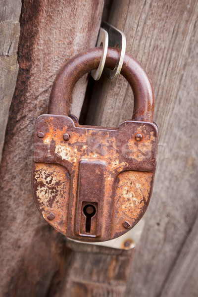 Grande antigua Rusty candado puerta Foto stock © pzaxe