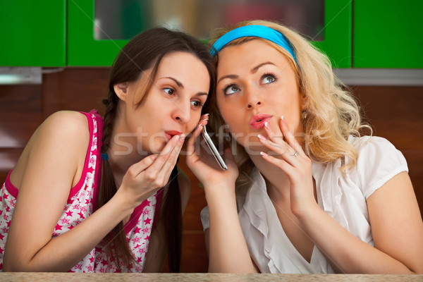 Twee grappig meisjes telefoongesprek keuken vriendin Stockfoto © pzaxe
