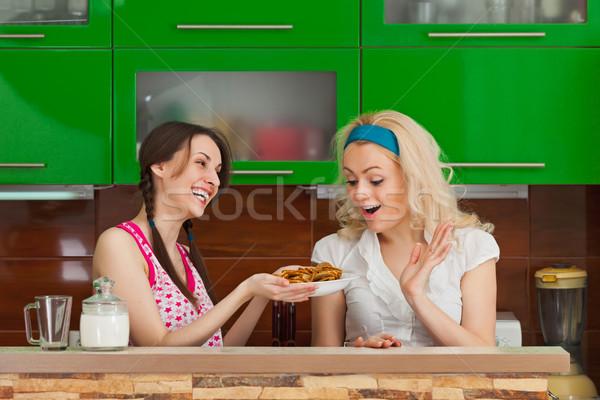 Fiatal lány csemegék barátnő édesség nő ház Stock fotó © pzaxe