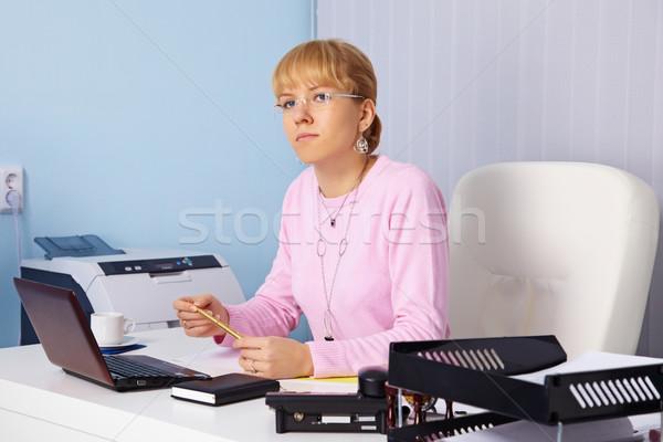 Giovani grave donna capo ufficio laptop Foto d'archivio © pzaxe