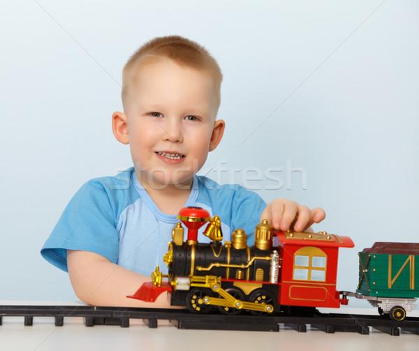 Pequeno menino jogar brinquedo locomotiva azul Foto stock © pzaxe