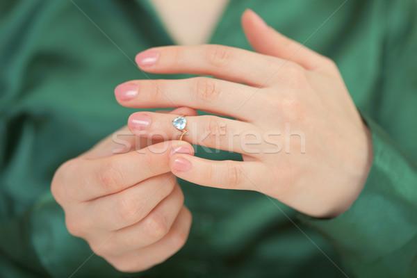 Goud ring Blauw briljant vrouwelijke hand Stockfoto © pzaxe