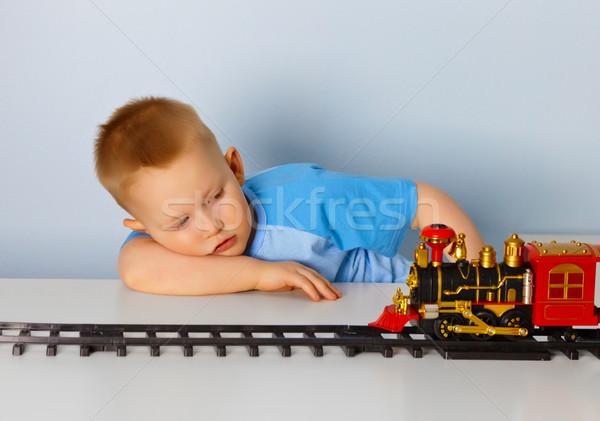 Peu garçon jouer jouet locomotive maison Photo stock © pzaxe