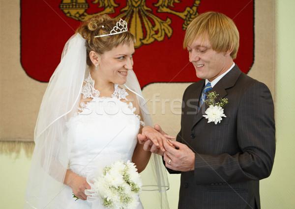 Mutlu yeni evliler aşınma alyans genç hediye Stok fotoğraf © pzaxe