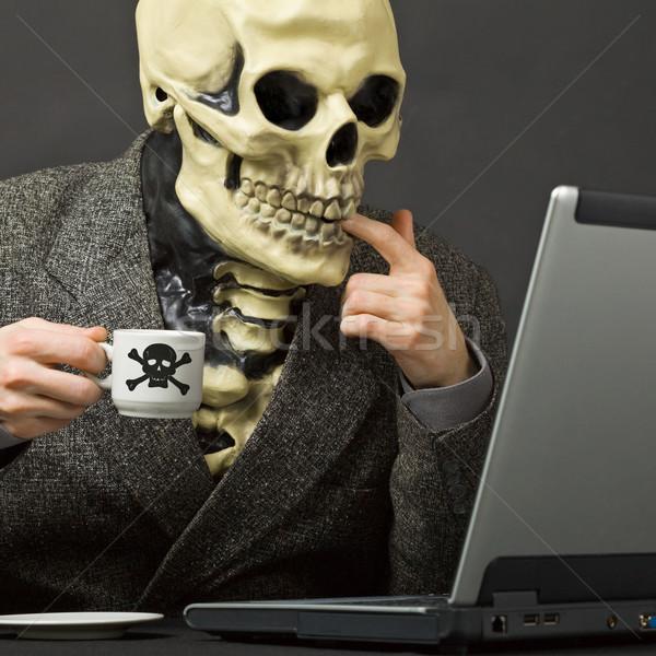 Esqueleto bebidas venenoso mesa de café laptop café Foto stock © pzaxe