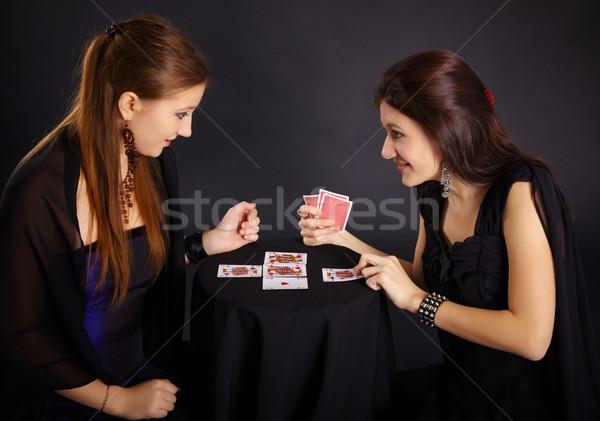 Foto stock: Dois · meninas · amigos · comprometido · cartões · escuro