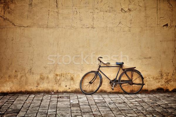 Starych vintage rower ściany zardzewiałe konkretnych Zdjęcia stock © pzaxe