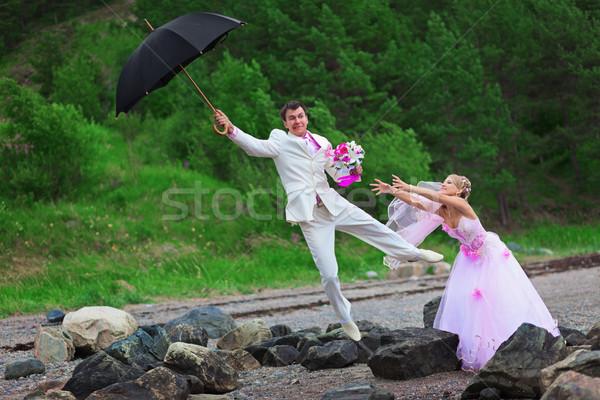 Vőlegény esernyő menyasszony esküvő vicc szél Stock fotó © pzaxe