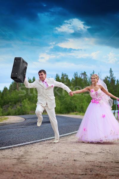 Pan młody walizkę miesiąc miodowy sposób niebo ślub Zdjęcia stock © pzaxe