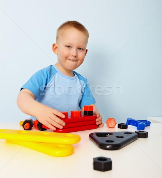 Сток-фото: мало · мальчика · играет · сидят · таблице · ребенка