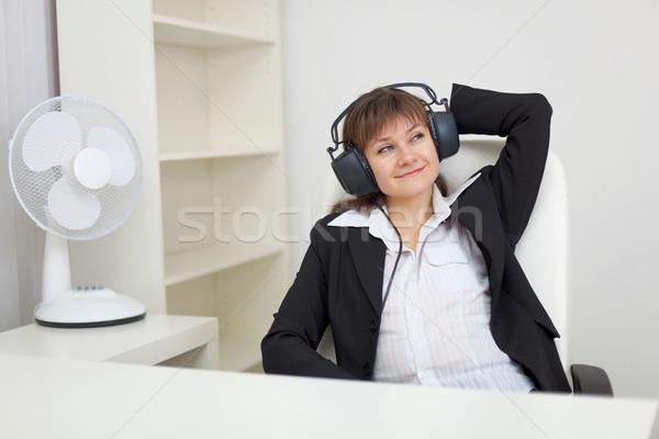 Stock fotó: Nő · zene · fülhallgató · fotel · nagy · iroda