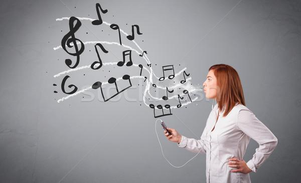 Atractivo jóvenes dama cantando escuchar música notas musicales Foto stock © ra2studio