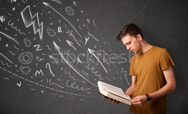 Młody człowiek czytania książki na zewnątrz pracy Zdjęcia stock © ra2studio