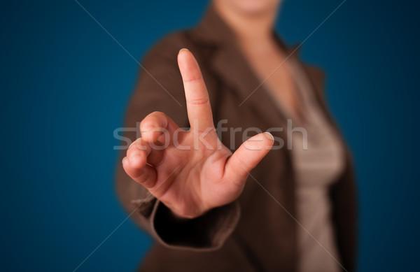 Vrouw denkbeeldig knop jonge vrouw hand Stockfoto © ra2studio