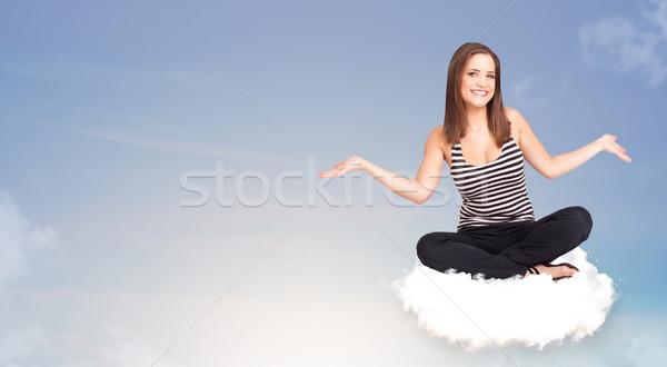 Jonge vrouw vergadering wolk exemplaar ruimte mooie meisje Stockfoto © ra2studio