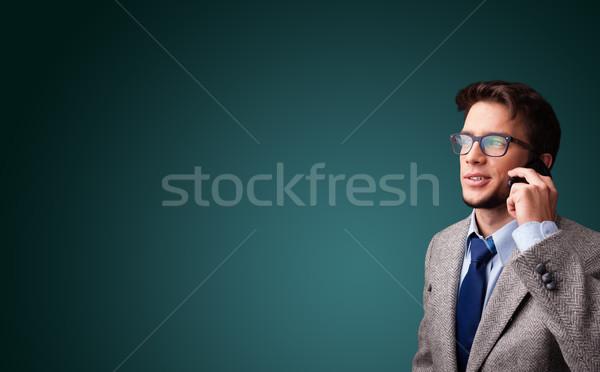 Fiatalember készít telefonbeszélgetés copy space áll kéz Stock fotó © ra2studio