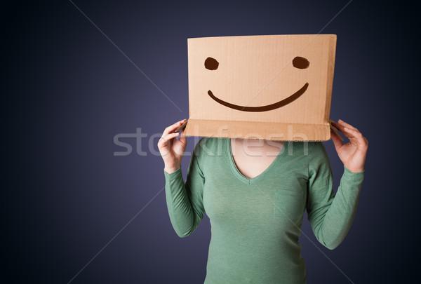 Jóvenes dama caja de cartón cabeza sonrisa Foto stock © ra2studio