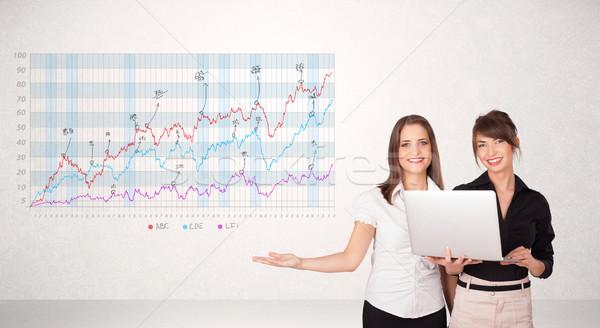 Jonge zakenvrouw presenteren beurs diagram analyse Stockfoto © ra2studio