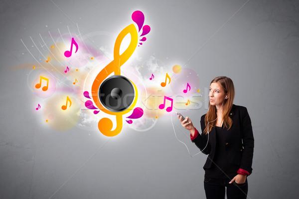 Bastante nina cantando escuchar música notas Foto stock © ra2studio