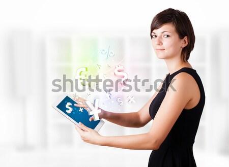 Stok fotoğraf: Genç · kadın · bakıyor · modern · tablet · para · simgeler