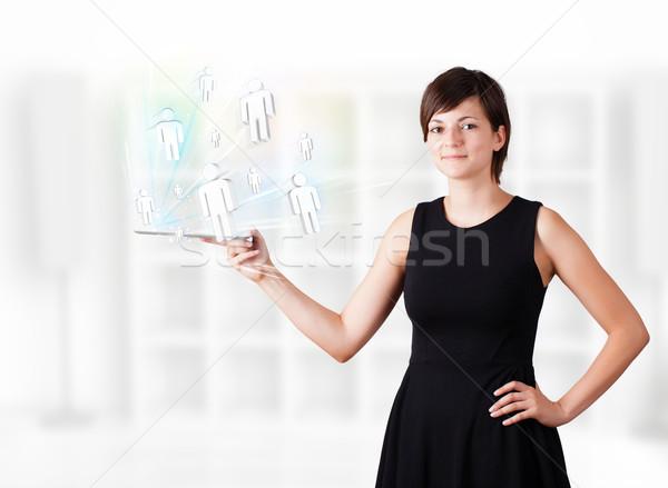 Stok fotoğraf: Genç · kadın · bakıyor · modern · tablet · sosyal · simgeler