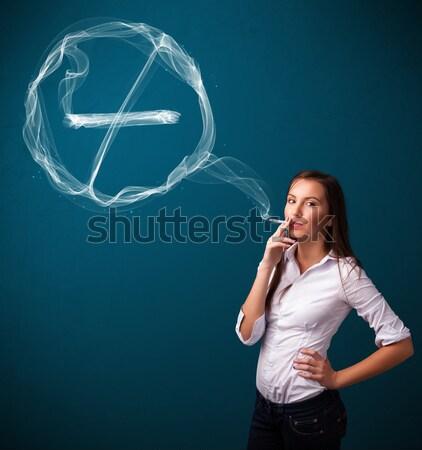 Foto stock: Jovem · senhora · fumador · insalubre · cigarro