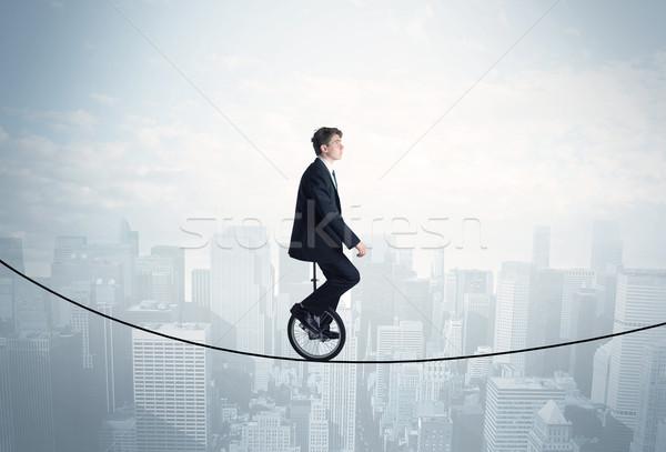 Dapper vent paardrijden touw boven stadsgezicht Stockfoto © ra2studio