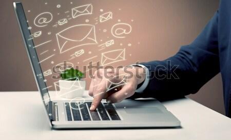 Client nouvelles lettres portable employé de bureau Photo stock © ra2studio