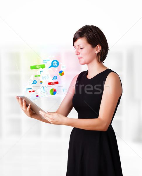 Stok fotoğraf: Genç · iş · kadını · bakıyor · modern · tablet · renkli