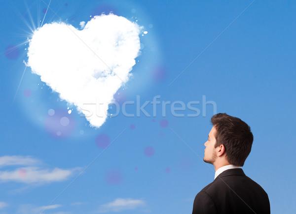 Knappe man naar witte hart wolk blauwe hemel Stockfoto © ra2studio
