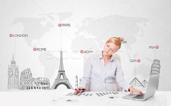 Stockfoto: Mooie · jonge · zakenvrouw · wereldkaart · wereld · stad