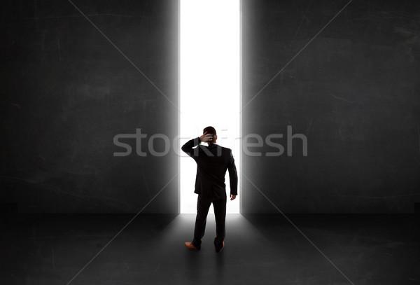 Empresário olhando parede luz túnel abertura Foto stock © ra2studio